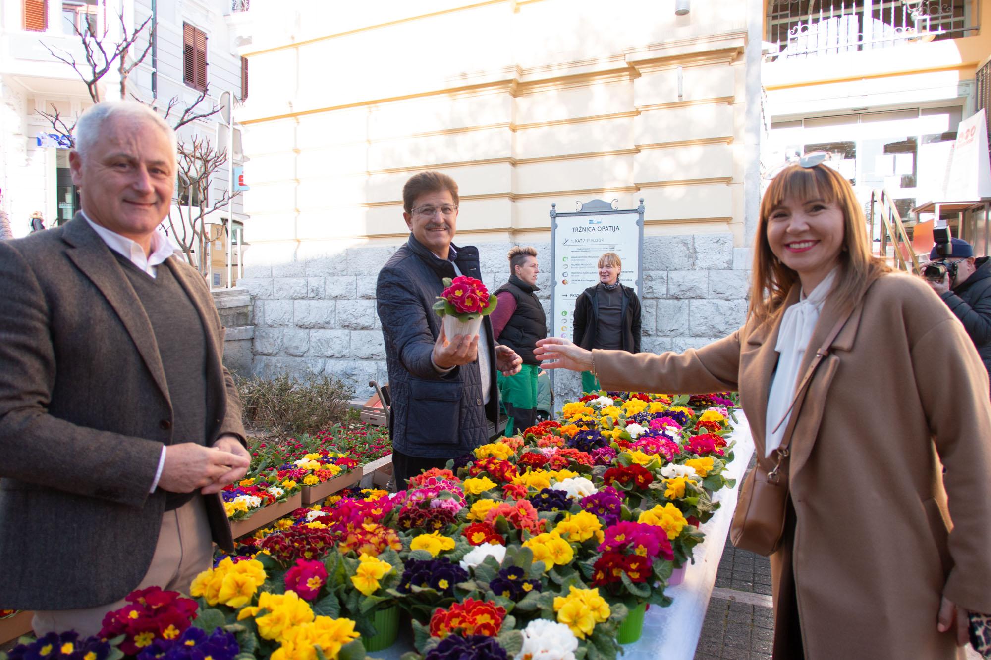 """(RI TV) U Opatiji i u Voloskom žene obasute cvijećem; Dujmić: """"Lijepa tradicija se nastavlja!"""""""