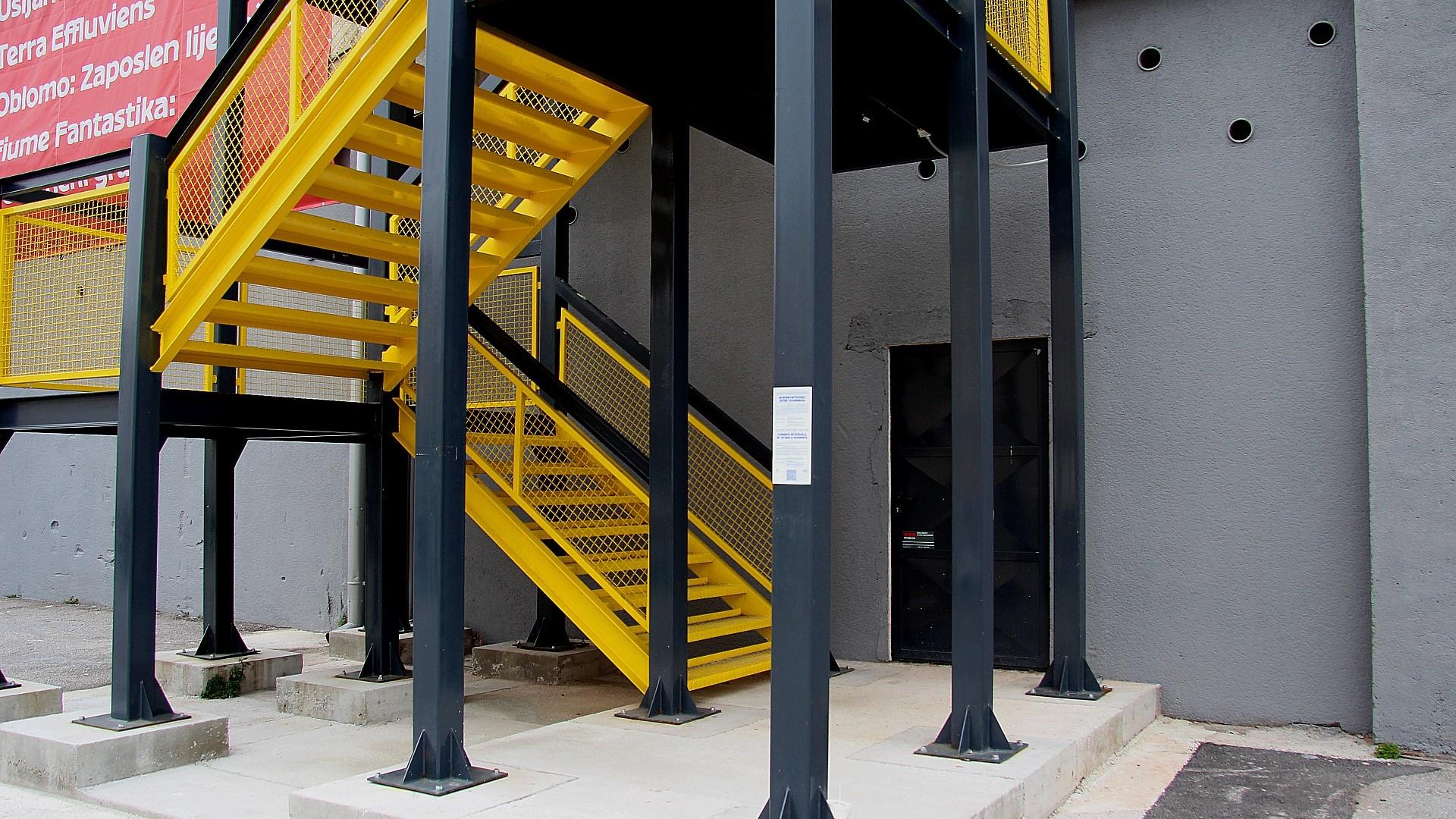 """Interaktivna zvučna instalacija """"RI-miks identiteta – Bijesni intervali Istre i Kvarnera"""" postavljena na stepenicama Exporta"""