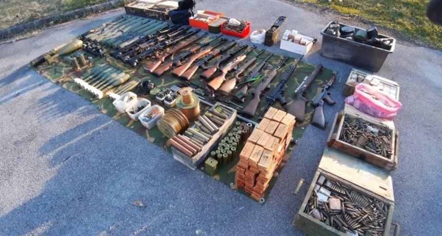 Dragovoljno predao kolekciju oružja koja je zaprepastila i policajce! Pogledajte ovaj arsenal!