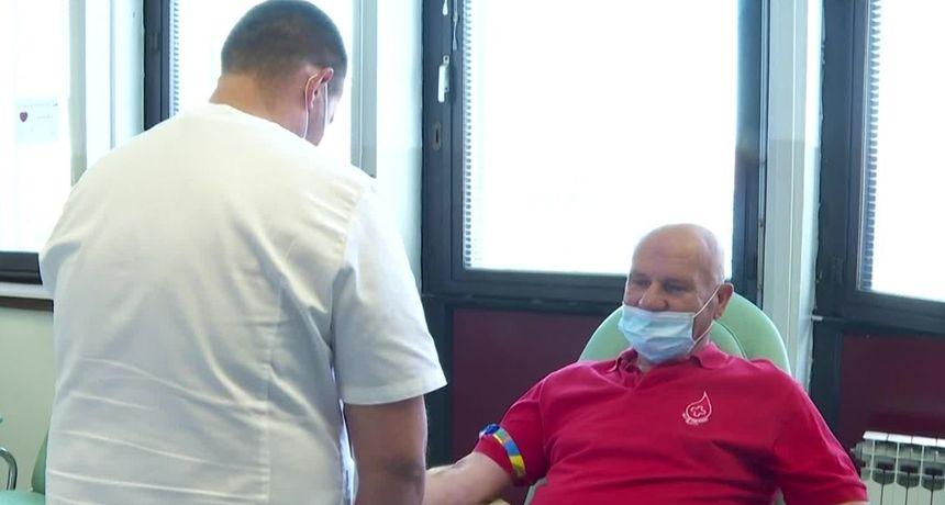 (VIDEO) U riječkom KBC-u Branko četiri puta godišnje daruje dragocjenu tekućinu – i tako već 43 godine!