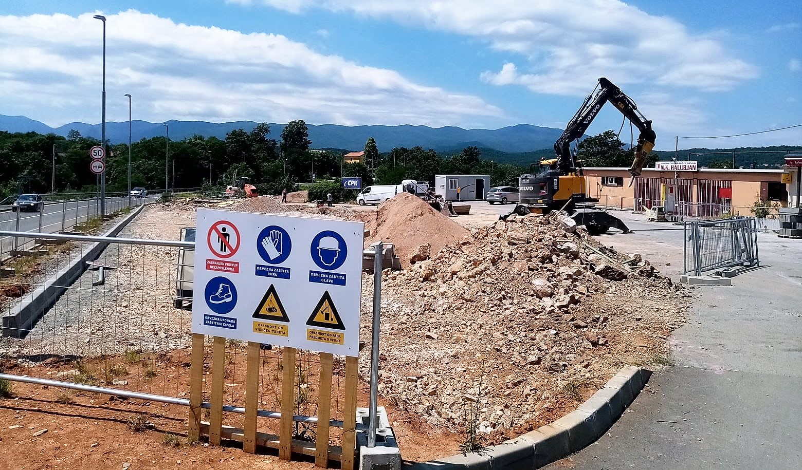 (FOTO) VIŠKOVO Nazire se novo parkiralište uz NK Halubjan; Do sredine kolovoza novih 50-ak parkirnih mjesta!